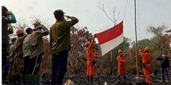 Potret Tim Pemadam Api di Pekanbaru HUT ke-74 RI di Lahan Kebakaran