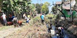 Aksi Bersih-bersih Drainase Kompleks Unhas Barayya