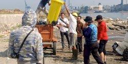 Camat Mariso Turunkan Satgas Bersihkan Pantai CPI