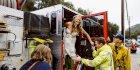 Pengantin Wanita Ini Naik Mobil Pemadam Kebakaran ke Tempat Pernikahan