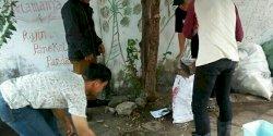 Aksi Tim Swakelola Kelurahan Ende Wajo Bersihkan Jalan Wahidin Sudirohusodo
