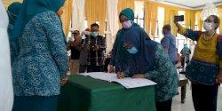 PKK Makassar Terima Ribuan Paket Bantuan Sembako dari PKK Sulsel