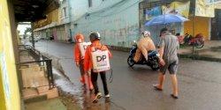 Hujan Deras Bukan  Penghalang Tim  DP Peduli Corona Berantas Penyebaran Covid-19