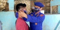 Cegah Penyebaran Virus Covid-19, Polairud Polres Pangkep Bagi-bagi Masker