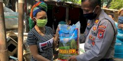 Direktorat Samapta Polda Sulsel Bagikan Bantuan Beras dari Kapolri