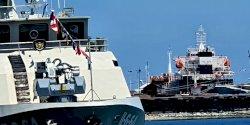HUT Ke- 75 TNI Angkatan Laut di Lantamal VI,  Tiga  Kapal Perang Dihiasi Bendera Khas