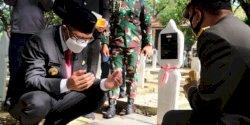 Momen Gubernur Sulsel Berdoa dengan Khusyuk untuk Para Pahlawan Terdahulu