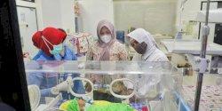 Wawali bersama Ketua TP PKK Kota Makassar Jenguk Bayi yang Ditemukan di Bajiminasa